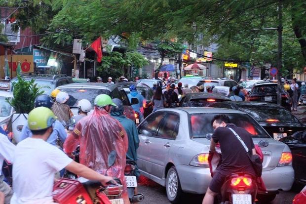 Đường phố Hà Nội ùn tắc sau mưa lớn, làn dành cho BRT bị chiếm dụng, nhiều người dân cố đi ngược chiều giữa dòng xe đông đúc - Ảnh 2.