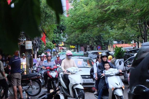 Đường phố Hà Nội ùn tắc sau mưa lớn, làn dành cho BRT bị chiếm dụng, nhiều người dân cố đi ngược chiều giữa dòng xe đông đúc - Ảnh 3.