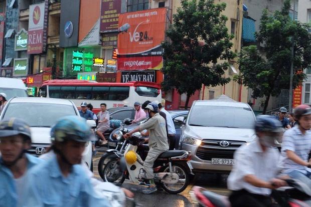 Đường phố Hà Nội ùn tắc sau mưa lớn, làn dành cho BRT bị chiếm dụng, nhiều người dân cố đi ngược chiều giữa dòng xe đông đúc - Ảnh 4.