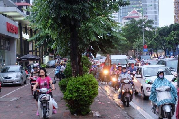 Đường phố Hà Nội ùn tắc sau mưa lớn, làn dành cho BRT bị chiếm dụng, nhiều người dân cố đi ngược chiều giữa dòng xe đông đúc - Ảnh 5.