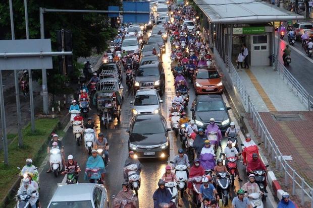 Đường phố Hà Nội ùn tắc sau mưa lớn, làn dành cho BRT bị chiếm dụng, nhiều người dân cố đi ngược chiều giữa dòng xe đông đúc - Ảnh 6.