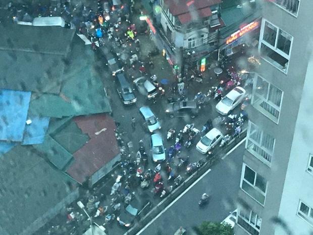 Đường phố Hà Nội ùn tắc sau mưa lớn, làn dành cho BRT bị chiếm dụng, nhiều người dân cố đi ngược chiều giữa dòng xe đông đúc - Ảnh 7.