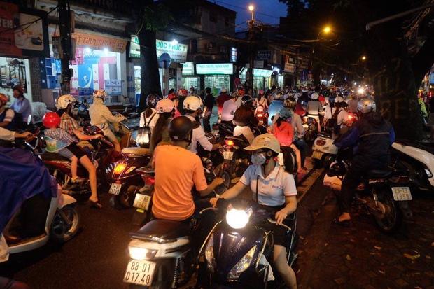Đường phố Hà Nội ùn tắc sau mưa lớn, làn dành cho BRT bị chiếm dụng, nhiều người dân cố đi ngược chiều giữa dòng xe đông đúc - Ảnh 9.