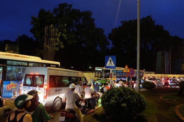 Đường phố Hà Nội ùn tắc sau mưa lớn, làn dành cho BRT bị chiếm dụng, nhiều người dân cố đi ngược chiều giữa dòng xe đông đúc - Ảnh 11.