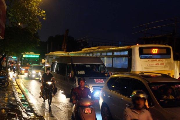 Đường phố Hà Nội ùn tắc sau mưa lớn, làn dành cho BRT bị chiếm dụng, nhiều người dân cố đi ngược chiều giữa dòng xe đông đúc - Ảnh 12.