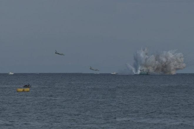Tiêm kích Eurofighter Typhoon đâm đầu xuống biển - Ảnh 1.