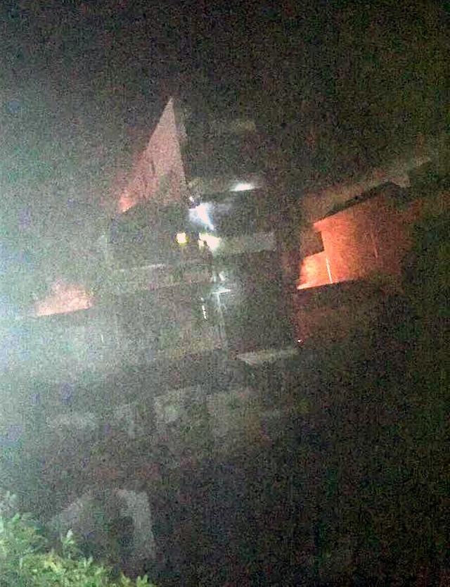 Căn nhà 5 tầng xảy cháy trong đêm.