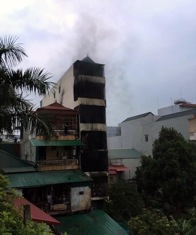 Cả 5 tầng nhà đen sì khói.