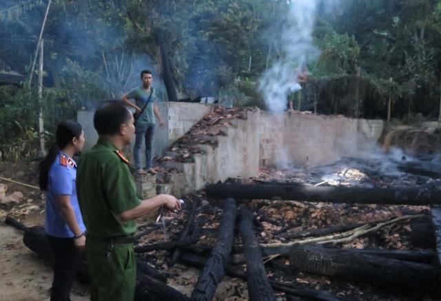 Lực lượng chức năng điều tra tại hiện trường vụ cháy.