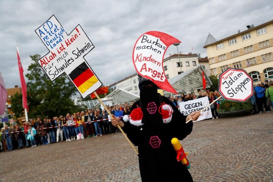 Merkel thang nhiem ky 4: Vi dang tan phat xit hinh anh 2