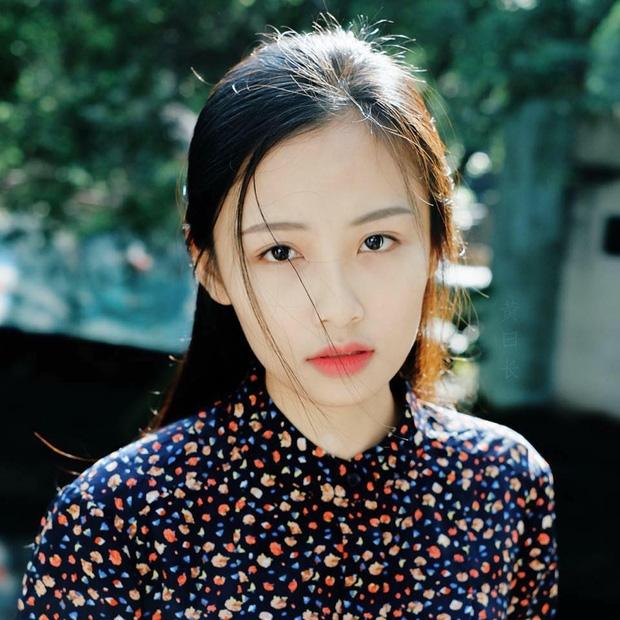 Nàng thơ mới của dân mạng Việt: Cô gái 22 tuổi dịu dàng với mái tóc đen và đôi mắt buồn - Ảnh 1.
