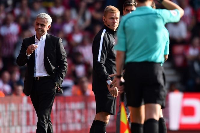 HLV Mourinho có thể không bị phạt dù nhận thẻ đỏ /// AFP