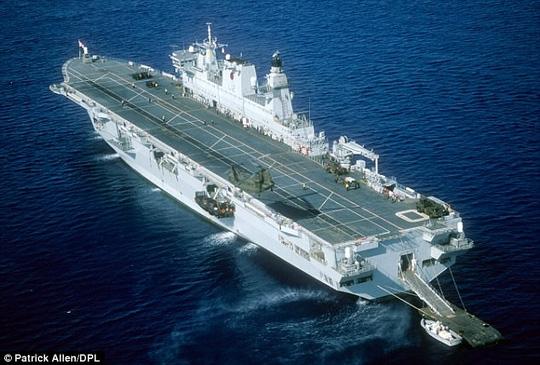 Tàu sân bay trực thăng HMS Ocean cũng bị bán tháo. Ảnh: Daily Mail