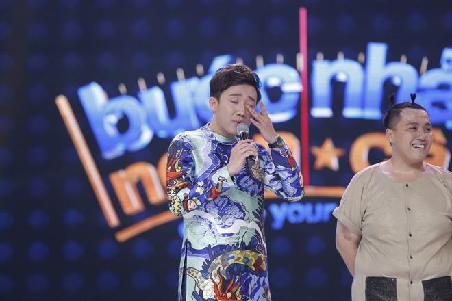 Việt Hương khóc và hứa chu cấp 5 triệu mỗi tháng cho chàng trai mồ côi  - Ảnh 2.