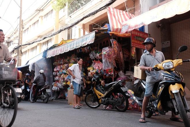 Xóm lồng đèn xưa nhất Sài Gòn vào mùa, bán hàng ngàn chiếc cho khách dịp Trung thu - Ảnh 2.