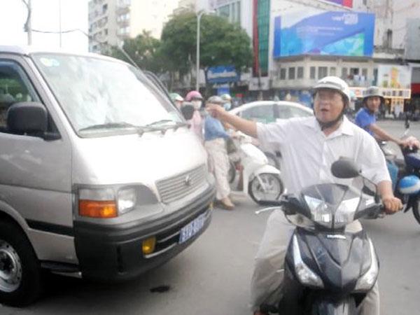 Dân phản ứng xe chở ông Đoàn Ngọc Hải đậu trên đường gây kẹt xe