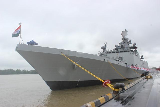 Nhân kỷ niệm 45 năm thiết lập quan hệ ngoại giao Việt Nam - Ấn Độ, 10 năm trở thành đối tác chiến lược và 25 năm quan hệ Ấn Độ - ASEAN, Hải quân Ấn Độ đã cử 2 tàu hộ vệ INS Satpura và INS Kadmatt thăm cảng Hải Phòng từ ngày 23-27/9. Trong ảnh: Tàu INS Satpura neo đậu tại cảng Chùa Vẽ, Hải Phòng trong khuôn khổ chuyến thăm Việt Nam.