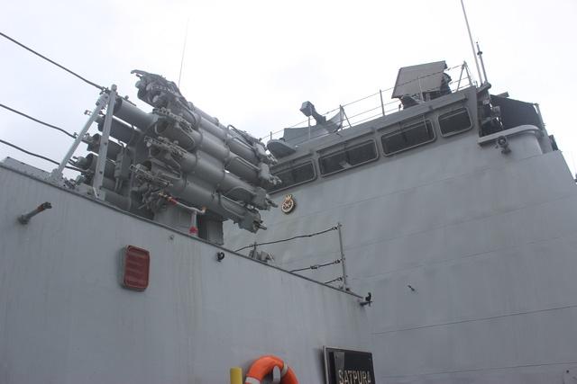 Các hệ thống vũ khí được lắp đặt trên tàu INS Satpura còn có tên lửa hành trình Klub, tên lửa đất đối không Barack và rocket.