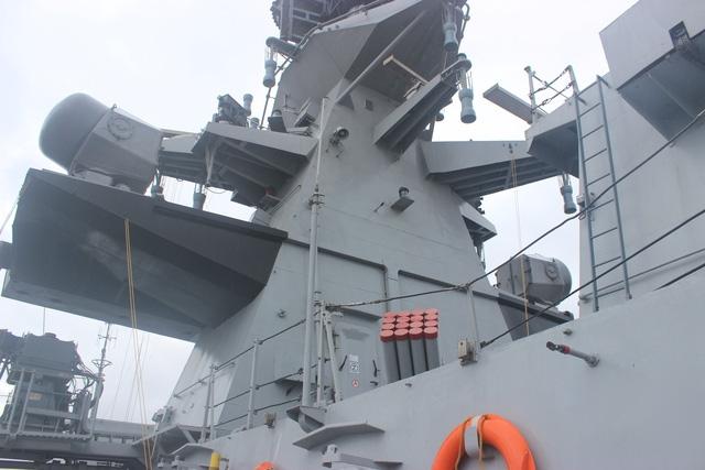 Tàu INS Satpura cũng được trang bị hệ thống điện tử tối tân với radar có thể phát hiện mục tiêu cả trên không lẫn trên biển.