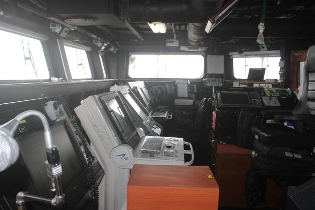 Buồng lái của tàu hộ vệ INS Satpura gồm tất cả các thiết bị để điều khiển tàu như radar, la bàn,...
