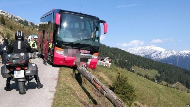 Du khách 65 tuổi ngăn xe buýt lao xuống vực - Ảnh 1.