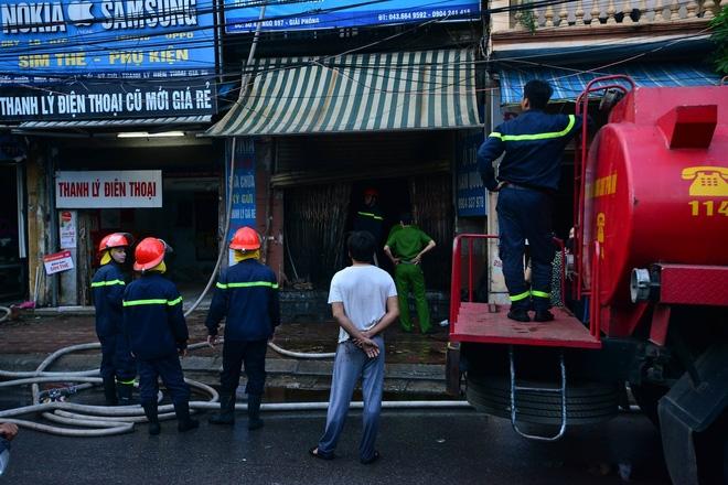 Hà Nội: Căn nhà 2 tầng cháy rụi lúc 3h sáng, cảnh sát PCCC phải cắt khoá để tiếp cận vào bên trong - Ảnh 1.