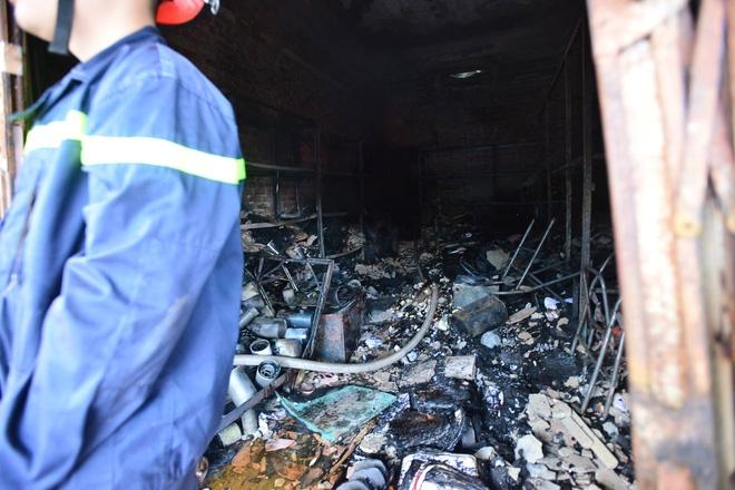 Hà Nội: Căn nhà 2 tầng cháy rụi lúc 3h sáng, cảnh sát PCCC phải cắt khoá để tiếp cận vào bên trong - Ảnh 2.