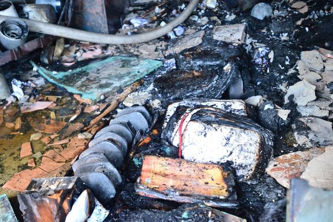 Hà Nội: Căn nhà 2 tầng cháy rụi lúc 3h sáng, cảnh sát PCCC phải cắt khoá để tiếp cận vào bên trong - Ảnh 3.