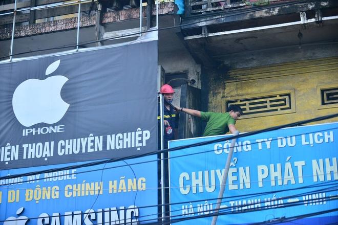 Hà Nội: Căn nhà 2 tầng cháy rụi lúc 3h sáng, cảnh sát PCCC phải cắt khoá để tiếp cận vào bên trong - Ảnh 4.