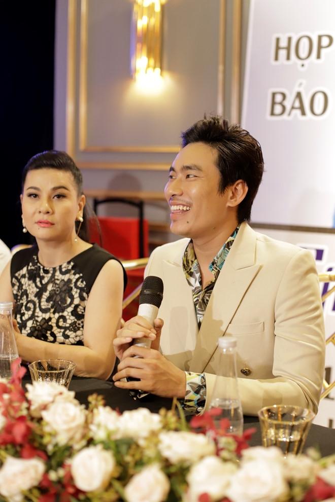 Hoai Linh dong vien Kieu Minh Tuan lam live show sau 10 nam chat vat hinh anh 1