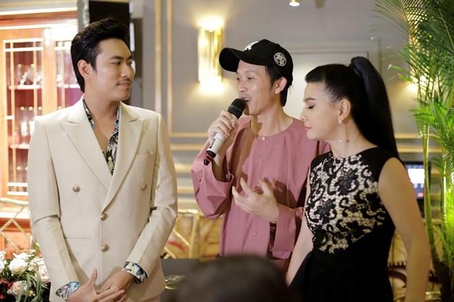 Hoai Linh dong vien Kieu Minh Tuan lam live show sau 10 nam chat vat hinh anh 2