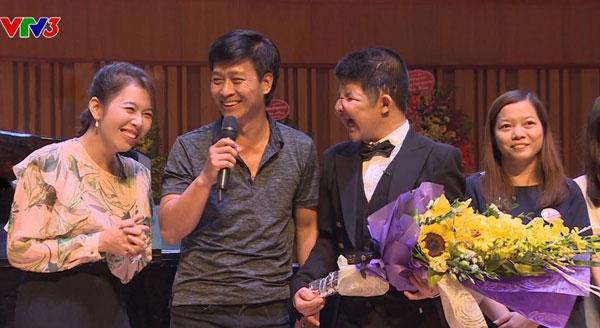 Nụ cười của bố con nghệ sỹ Quốc Tuấn và MC Diệp Chi ở phần cuối chương trình.