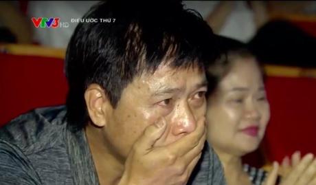 Giọt nước mắt của nam nghệ sỹ Vác tù và hàng tổng khi nhìn thấy con trai bước lên sân khấu.