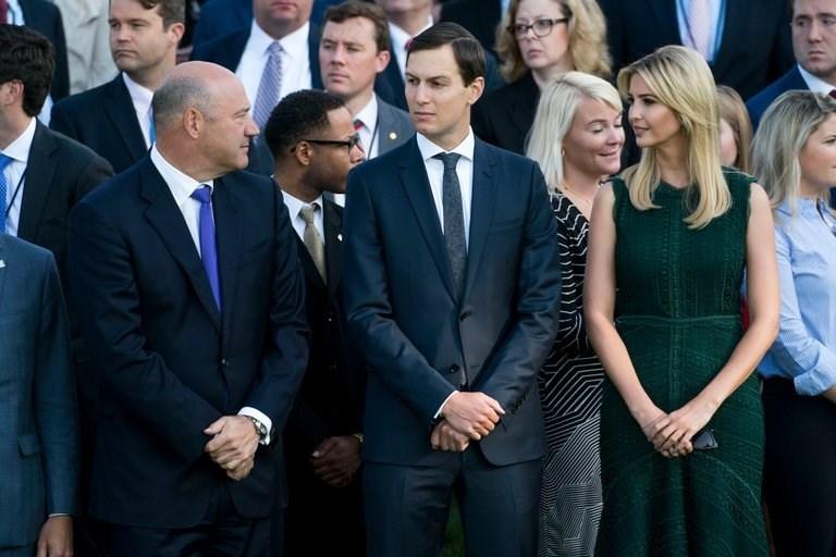 (Từ trái qua): Hary D. Cohn – Chủ tịch Hội đồng Kinh tế Quốc gia; Jared Kushner – cố vấn cấp cao Nhà Trắng; Ivanka Trump – con gái ông Trump, cố vấn Nhà Trắng. Ảnh: NEW YORK TIMES