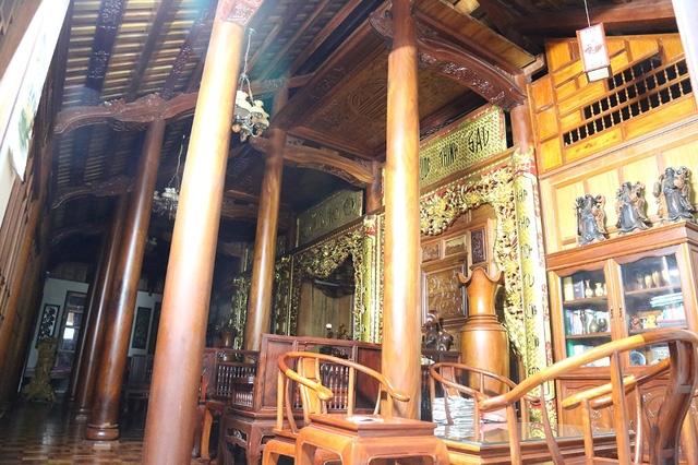 Bên trong căn nhà, gian giữa được bày trí làm nơi thờ