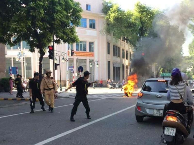 Xe Attila bốc cháy giữa phố, nữ tài xế bỏ chạy - ảnh 2