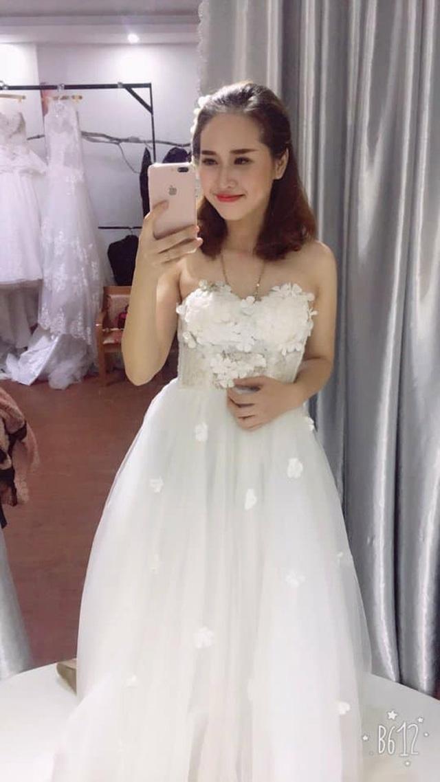 Trong lần đi thử váy cưới cùng cô em gái, không ít người lầm tưởng Bích Hạnh mới là cô dâu