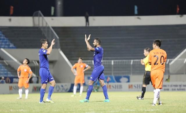 Junior và Anh Đức ăn mừng bàn thắng ấn định tỷ số 3-1 cho B.Bình Dương.