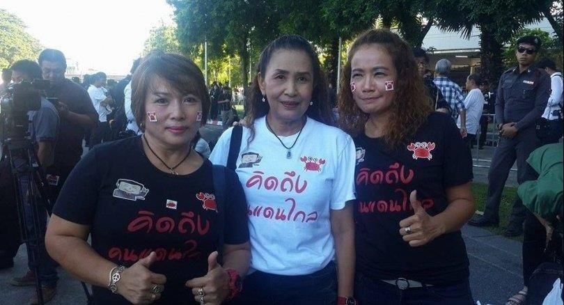 Người ủng hộ bà Yingluck Shinawatra trước tòa án tối cao Thái Lan. Ảnh; The Nation