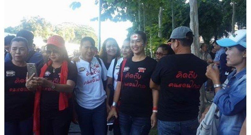 Chỉ có khoảng 50 người ủng hộ bà Yingluck có mặt trước tòa vào lúc 8h sáng. Ảnh: The Nation.
