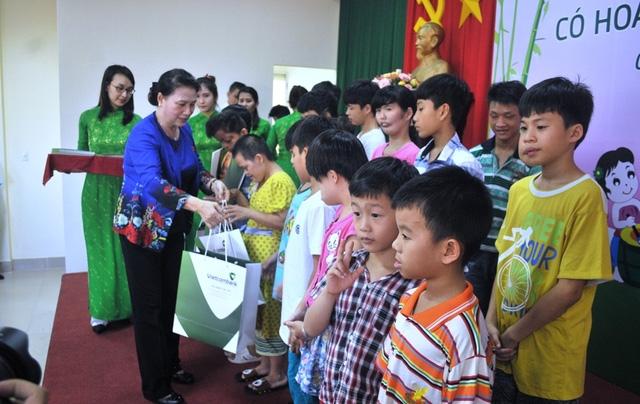 Chủ tịch QH trao quà trung thu và học bổng cho các cháu có hoàn cảnh khó khăn