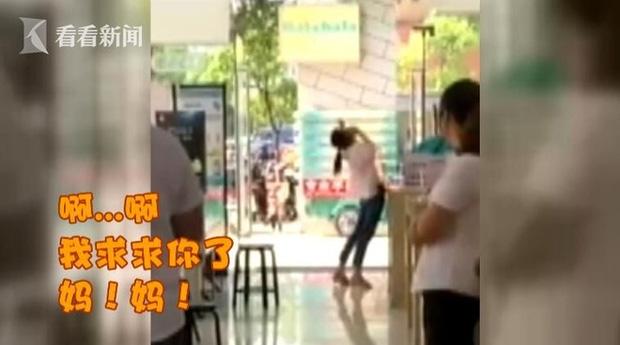 Người phụ nữ 33 tuổi khóc lóc làm loạn cửa hàng điện thoại vì mẹ không đồng ý cho mua iPhone 8 - Ảnh 2.