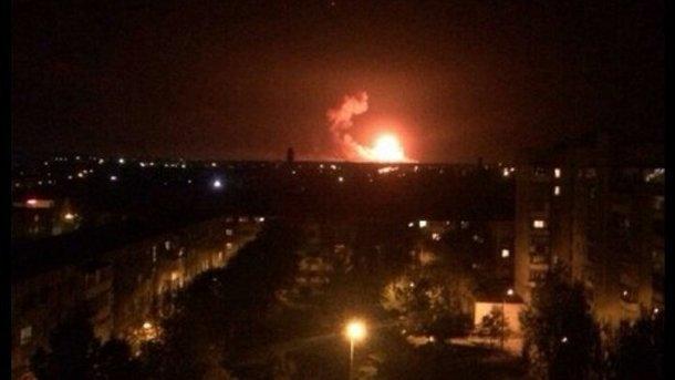 Nổ kho chứa tên lửa ở Ukraine, dân kéo nhau di tản - Ảnh 2.