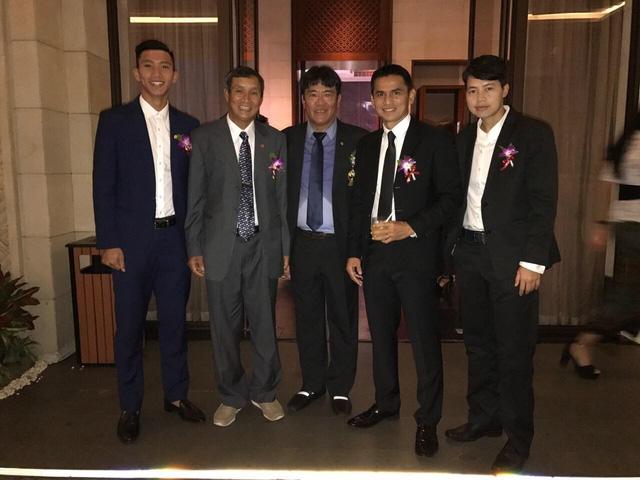 Kiatisuk cùng những người bạn Việt Nam tại Gala trao giải bóng đá Đông Nam Á vừa qua ở Bali (ảnh: Vũ Dương)