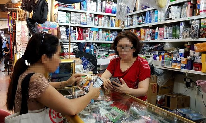 Tại chợ các quầy bán mỹ phẩm đều luôn có sẵn TPCN /// Ảnh: Ngọc Dương
