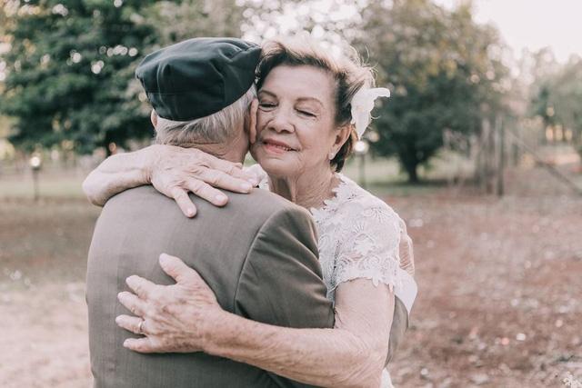 Nhìn hai ông bà mà xem, ai bảo già rồi là không được ôm nhau tình cảm?