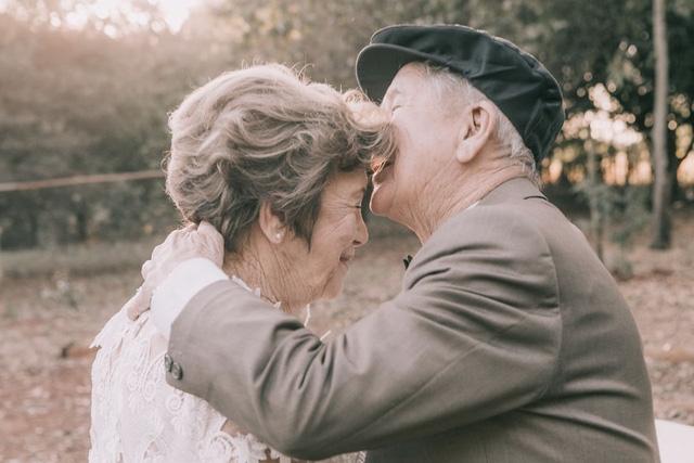 Nụ hôn trán đầy trân trọng của ông Russian dành cho vợ