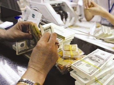Đồng USD tiếp tục tăng giá, chỉ số USD tăng lên mức cao nhất trong hơn một tháng đã kéo giá vàng giảm sâu xuống mức thấp nhất giữa 8 tháng.
