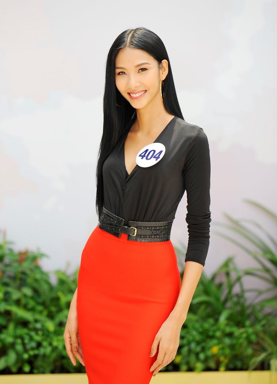 Hoang Thuy vao ban ket Hoa hau Hoan vu Viet Nam 2017 hinh anh 1
