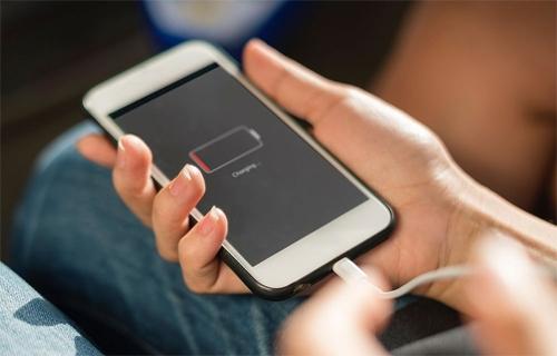 Thói quen dùng đến khi cần hết pin và sau đó sạc qua đêm gây hại cho pin điện thoại. Ảnh: Popular Science